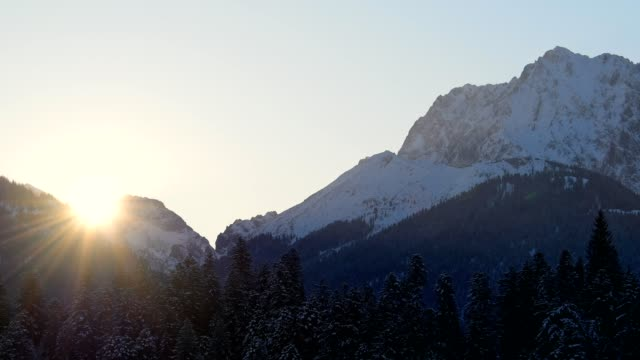 vídeos de stock, filmes e b-roll de sunrise on karwendel mountain in winter, krün, garmisch-partenkirchen upper bavaria, bavaria, germany, european alps - garmisch partenkirchen
