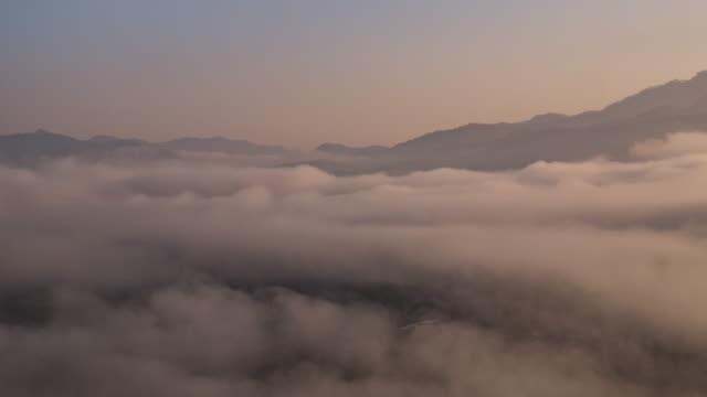 """vídeos de stock e filmes b-roll de nascer do sol nas montanhas ver ponto e mover de névoa, 4 k (uhd), """" time-lapse"""" - valley"""