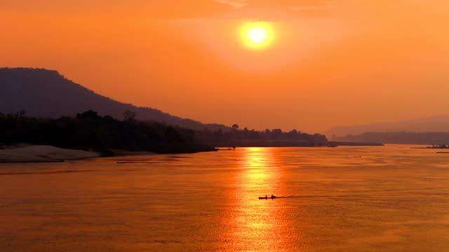 Zonsopgang op de rivier met traditionele vissersboot, Mekong rivier Thailand