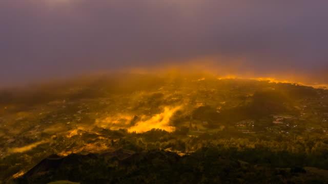 vídeos de stock, filmes e b-roll de nascer do sol no vulcão batur que negligencia o lago batur, bali, indonésia - ângulo agudo