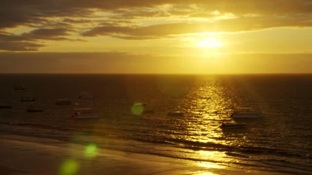 vídeos y material grabado en eventos de stock de amanecer en la playa tropical - bahía