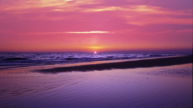 vidéos et rushes de sunrise over cape cod beach - pink color