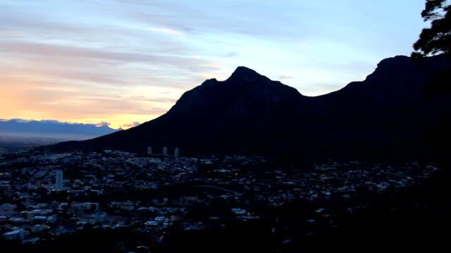 vídeos de stock e filmes b-roll de ws pan sunrise over cape town cbd, cape town, south africa - montanha da mesa áfrica do sul