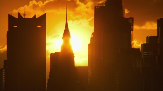 vídeos de stock e filmes b-roll de ws t/l sunrise over chrysler building / new york city, new york, usa - prédio chrysler