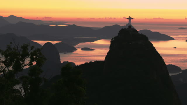 vídeos de stock e filmes b-roll de sunrise over corcovado and sugarloaf mountain - cristo redentor