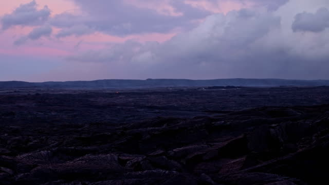sunrise over empty plain of lava timelapse day daytime glowing hot flow from kilauea active volcano puu oo vent active volcano magma - vulkanlandschaft stock-videos und b-roll-filmmaterial