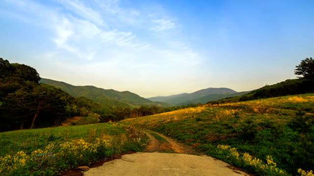 vídeos de stock, filmes e b-roll de sunrise over hambaeksan mountain, part of the baekdudaegan (longest mountain range in the korean peninsula) - condição natural
