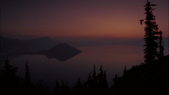ws sunrise over lake, mount rainer national park, washington, usa - mt rainier national park stock videos & royalty-free footage