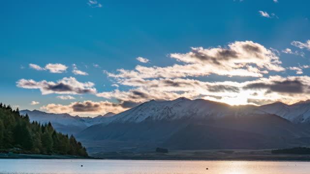 vídeos de stock, filmes e b-roll de nascer do sol sobre o lago tekapo - norte
