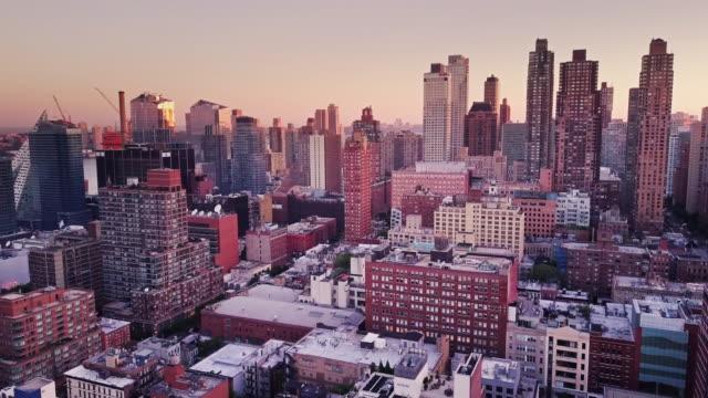 マンハッタンの街並みを空撮の日の出 - manhattan点の映像素材/bロール