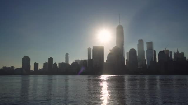 vidéos et rushes de ws sunrise au-dessus de manhattan horizon / new york city, etats-unis - quartier financier