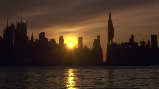 stockvideo's en b-roll-footage met sunrise over manhattan skyline - stilstaande camera
