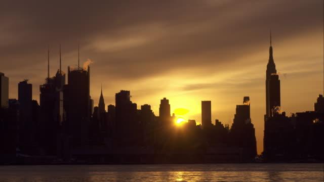 sunrise over manhattan skyline - 逆光点の映像素材/bロール