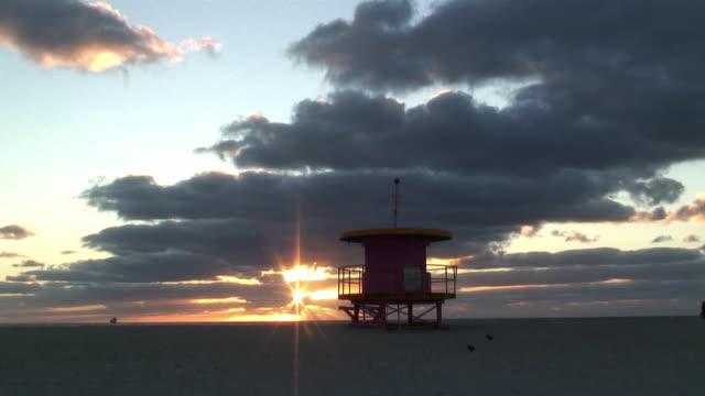 t/l ws sunrise over miami south beach / florida, usa - cabina del guardaspiaggia video stock e b–roll