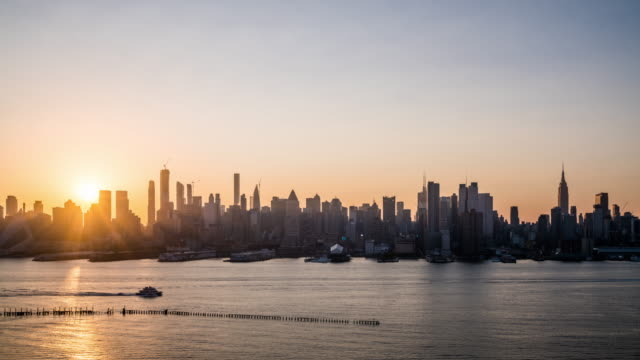t/l ws sunrise over midtown manhattan / new york city, usa - manhattan new york city stock videos & royalty-free footage
