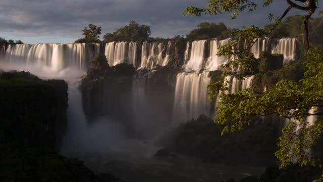 vídeos y material grabado en eventos de stock de tl sunrise over misty iguazu falls, argentina - cataratas del iguazú