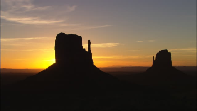 sunrise over mitten formations in monument valley, utah - mitten stock videos & royalty-free footage