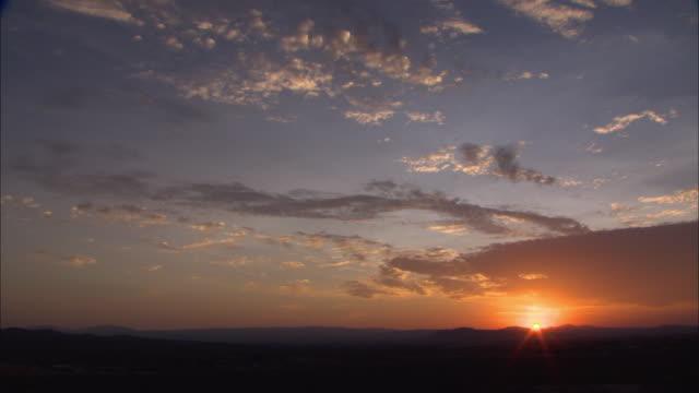 ws pan sunrise over mojave desert / california, usa - deserto mojave video stock e b–roll