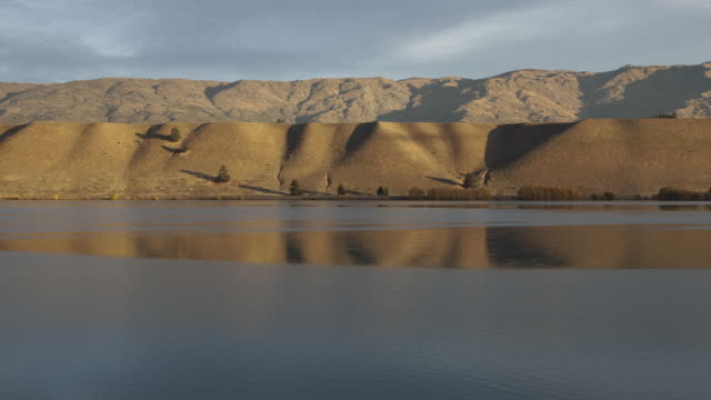WS Sunrise over mountains and hills near Lake Dunstan / Central Otago, New Zealand