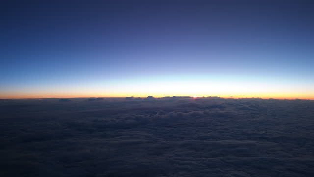 vídeos de stock e filmes b-roll de sunrise over north atlantic airplane point of view - rx