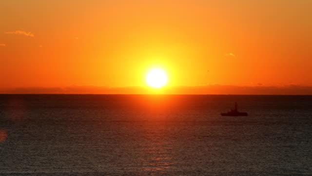 vidéos et rushes de lever de soleil au-dessus de l'océan - horizon