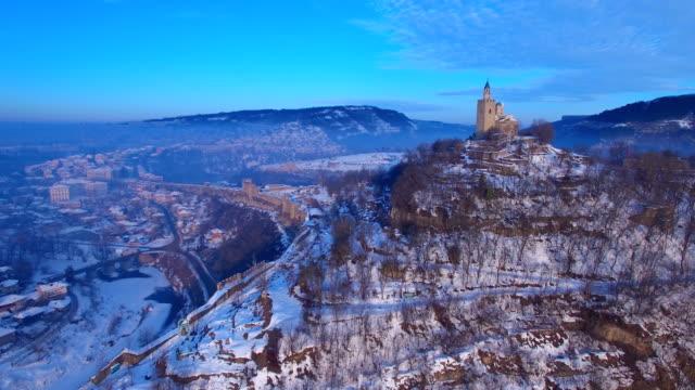 vídeos de stock, filmes e b-roll de nascer do sol sobre velha cidade de veliko tarnovo - bulgária