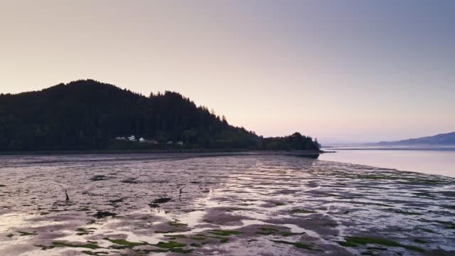 vídeos y material grabado en eventos de stock de amanecer sobre oregon pesca village - foto aérea - costa de oregón