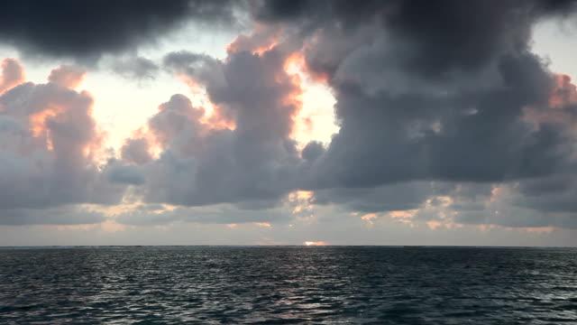 Sonnenaufgang über dem Meer auf Mauritius mit Dramatischer Himmel