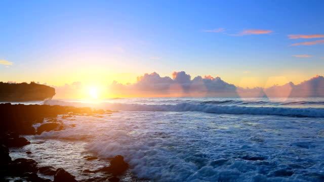 sonnenaufgang über shipwreck-strand auf kauai, hawaii - insel kauai stock-videos und b-roll-filmmaterial