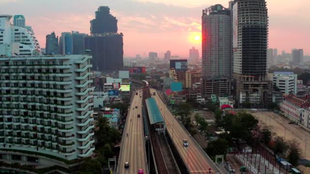 sonnenaufgang über die brücke - bangkok stock-videos und b-roll-filmmaterial