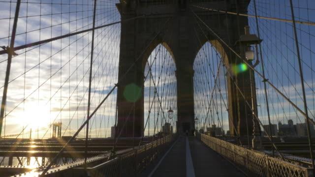 vídeos de stock e filmes b-roll de sunrise over the brooklyn bridge - ponte de manhattan
