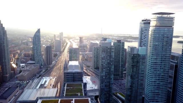 vídeos y material grabado en eventos de stock de sunrise over the city of toronto - toma panorámica