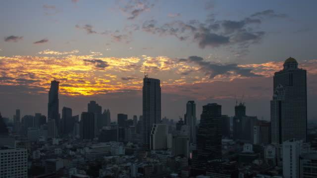 Zonsopgang boven de stad. Time-lapse.