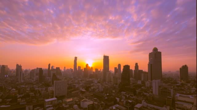 Sonnenaufgang über der Stadt.   Zeitraffer.