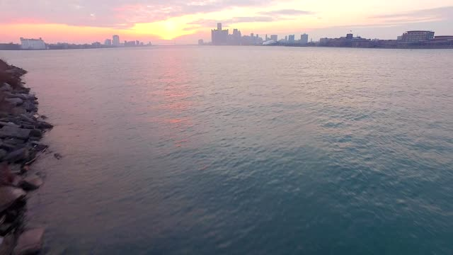 vidéos et rushes de sunrise over the detroit river - détroit michigan