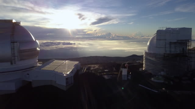 sunrise over the gemini north telescope of mauna kea astronomical observatory, hawaii. usa - 物理学点の映像素材/bロール