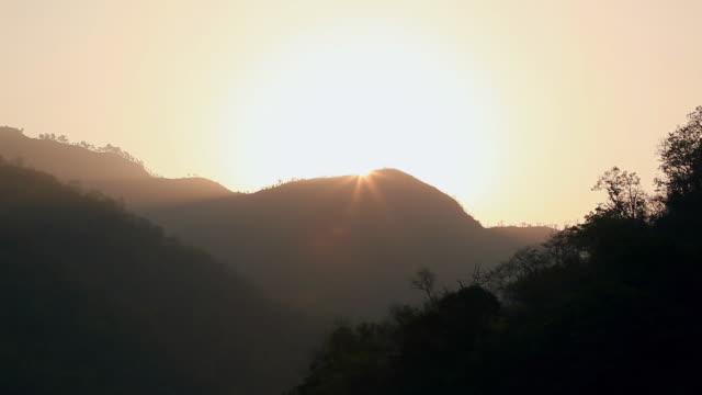 vídeos de stock, filmes e b-roll de sunrise over the mountains, ganges river, rishikesh, uttarakhand, india - rishikesh