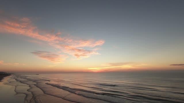 vídeos de stock, filmes e b-roll de nascer do sol sobre o mar - crepúsculo