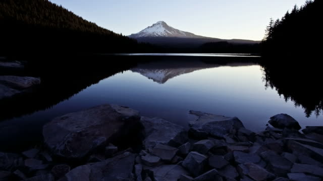 T/L ZI Sunrise over Trillium Lake, Mount Hood in the distance / Oregon, USA