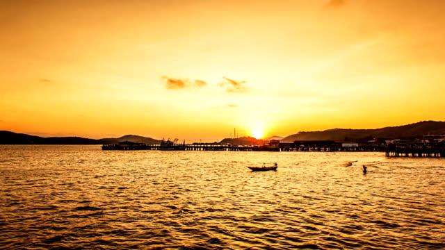 vídeos de stock, filmes e b-roll de do nascer/pôr do sol sobre o mar - vista do mar