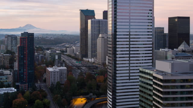 vídeos y material grabado en eventos de stock de sunrise time lapse of mt. rainier with wispy clouds rolling across its slope, featuring rush hour i5 traffic, with the seattle's cbd in the foreground - monte rainier