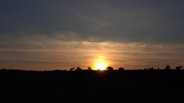 vídeos de stock, filmes e b-roll de sunrise - lapso de tempo - onda de calor fenômeno natural