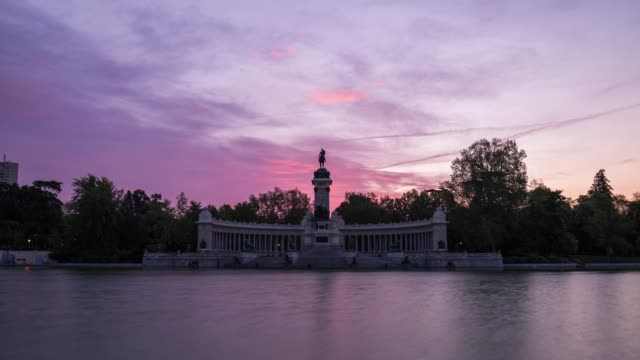 vídeos y material grabado en eventos de stock de sunrise timelapse at the retiro park in madrid - madrid