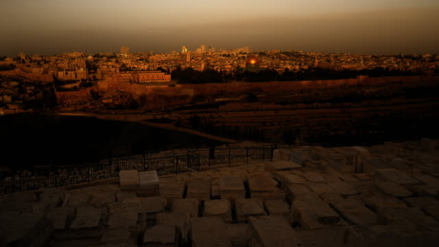 sunrise time-lapse from the mount of olives overlooking the dome of the rock. - jerusalem stock-videos und b-roll-filmmaterial