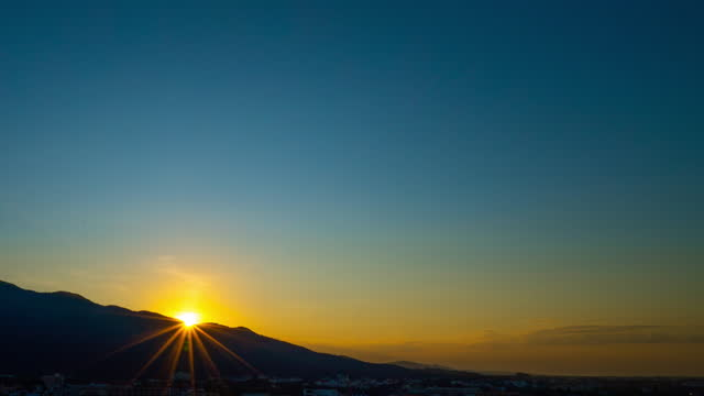 sonnenaufgang zeitraffer der stadt chiang mai am morgen - wolkenloser himmel stock-videos und b-roll-filmmaterial