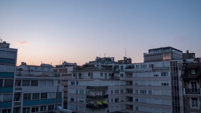 vidéos et rushes de sunrise timelapse over city roof tops. - façade
