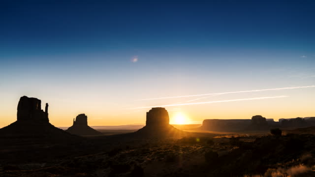 sunrise tl im monument valley - southwest usa stock-videos und b-roll-filmmaterial