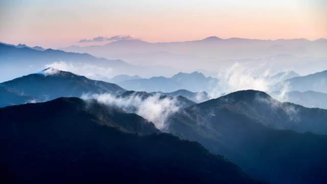 vídeos y material grabado en eventos de stock de sunrise view of cloud sea flowing on cheonwangbong (second highest peak in chirisan mountain and it is famous for sunrise observation point) - menos de diez segundos