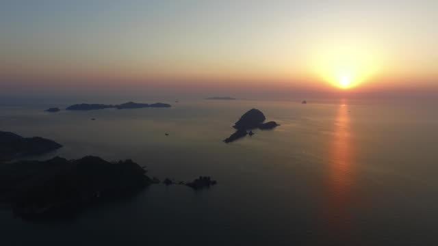 vídeos de stock, filmes e b-roll de sunrise view of daecheon-port and oeyeon-do island - ponto de referência natural