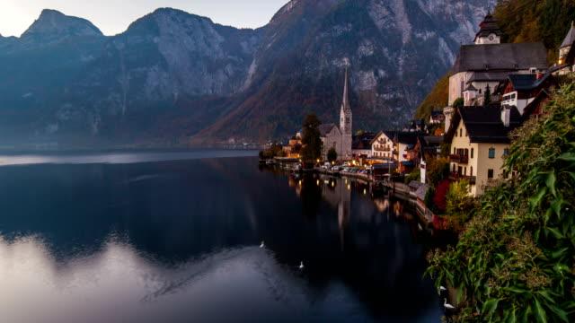 sunrise view of hallstatt mountain village with hallstatter lake, austria. timelapse - オーストリア点の映像素材/bロール
